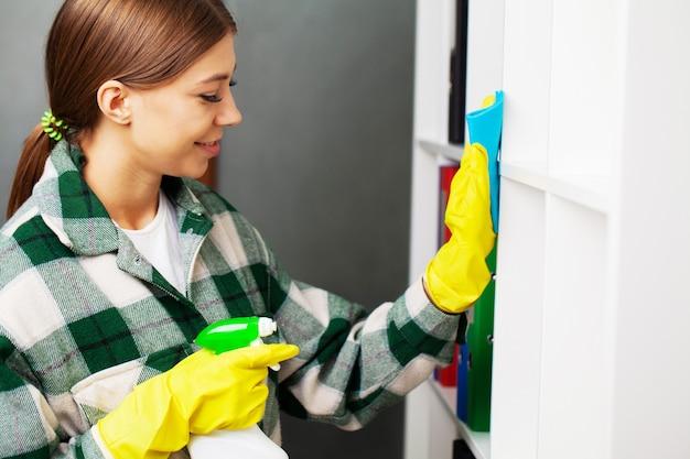 Um funcionário de uma empresa de limpeza atende pedidos de limpeza de escritórios