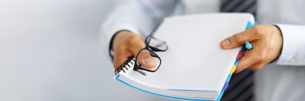 Um funcionário do escritório trouxe um caderno para anotações