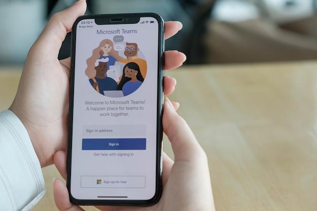 Um funcionário que trabalha em casa está baixando uma plataforma social, pronta para trabalhar remotamente, isolado de casa