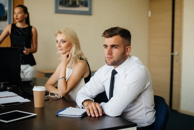 Um funcionário se senta durante uma reunião na equipe de negócios, finanças.
