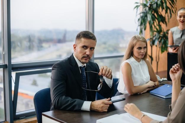 Um funcionário se senta durante uma reunião na equipe de negócios, finanças