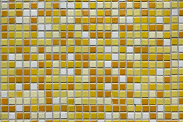 Um fundo de azulejo de cerâmica pequeno e vivo decora a arquitetura