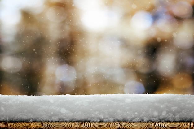 Um fundo de natal de inverno com neve na madeira