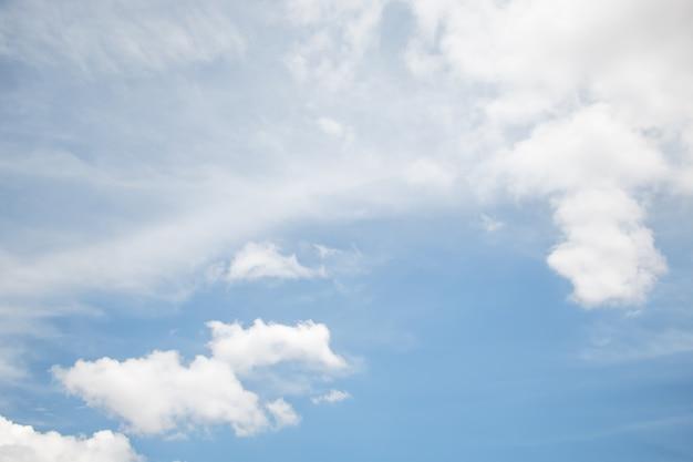 Um fundo de nuvem macia, céu azul com nuvem