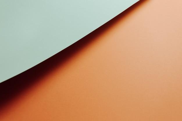 Um fundo plano mínimo azul claro e laranja com sombras e espaço de cópia para preencher com uma mensagem