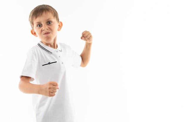 Um garotinho caucasiano está com raiva e quer lutar