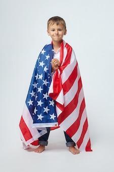 Um garotinho com uma bandeira americana