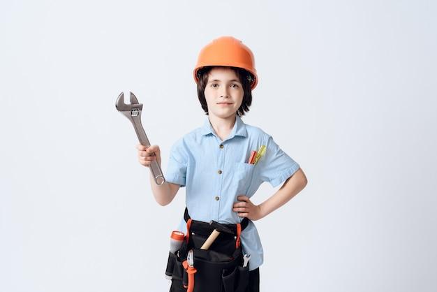 Um garotinho em forma de reparador e capacete.