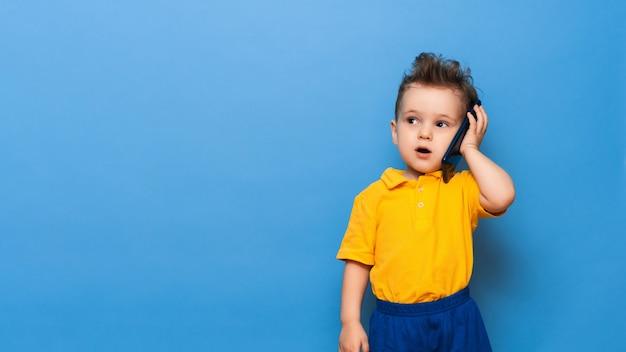 Um garotinho está falando ao celular