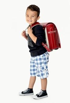 Um garoto feliz vai para a escola