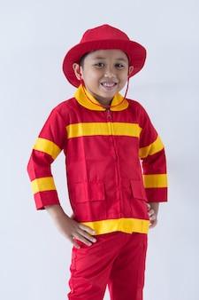 Um garoto finge como bombeiro