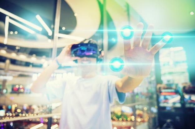 Um garoto usando um fone de ouvido de realidade virtual, toque na interface virtual