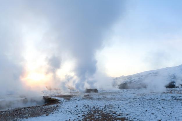 Um gêiser em erupção no vale dos gêiseres. islândia magnífica no inverno.