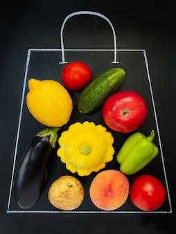Um giz de sacola de supermercado desenhado em um fundo preto cheio de vegetais e frutas, ou seja, tomate cu