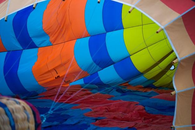 Um grande balão está no chão