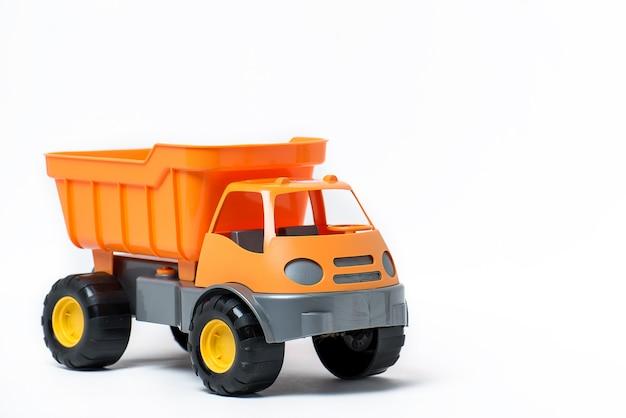 Um grande caminhão de brinquedo de plástico isolado no fundo branco