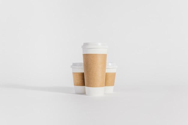 Um grande e dois pequenos copos de café