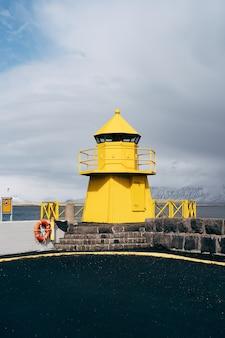Um grande farol amarelo na islândia reykjavik