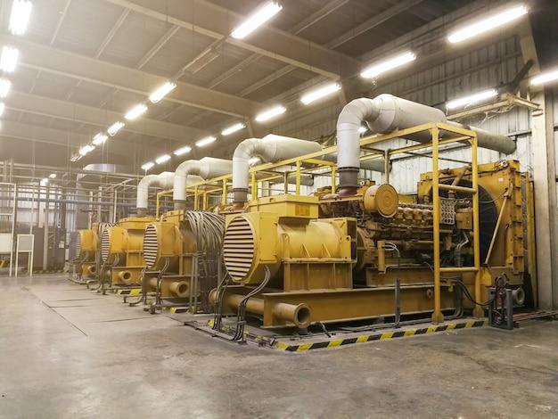 Um grande gerador diesel elétrico na fábrica para emergência, equipamentos industriais