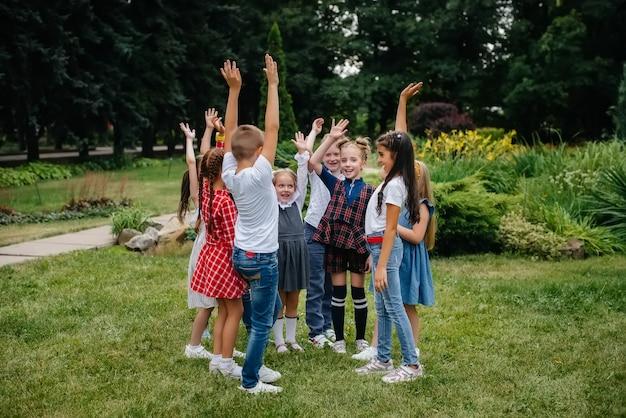 Um grande grupo de crianças brinca no parque