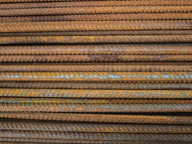 Um grande número de acessórios. hastes de ferro enferrujado para construção. reforço de estruturas de concreto