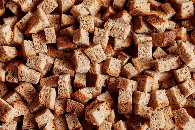 Um grande número de fatias de pão.