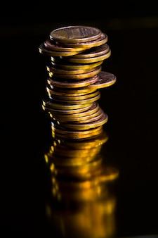 Um grande número de moedas de metal, curso legal que é usado para pagamentos ao estado pelos participantes de transações, moedas de diferentes denominações, moeda estrangeira