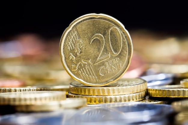 Um grande número de moedas de metal de diferentes denominações