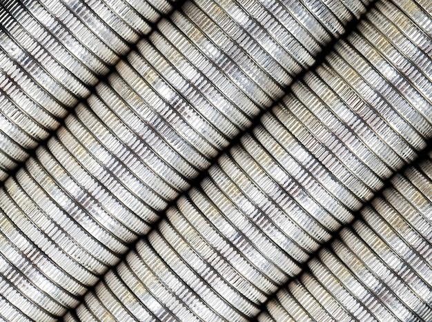 Um grande número de moedas de metal prateadas empilhadas, curso legal usado para pagamentos no estado, belas moedas em close-up com o mesmo valor de moeda moeda estrangeira