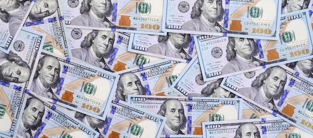 Um grande número de notas de dólar dos eu de um projeto novo com uma listra azul no meio. vista do topo
