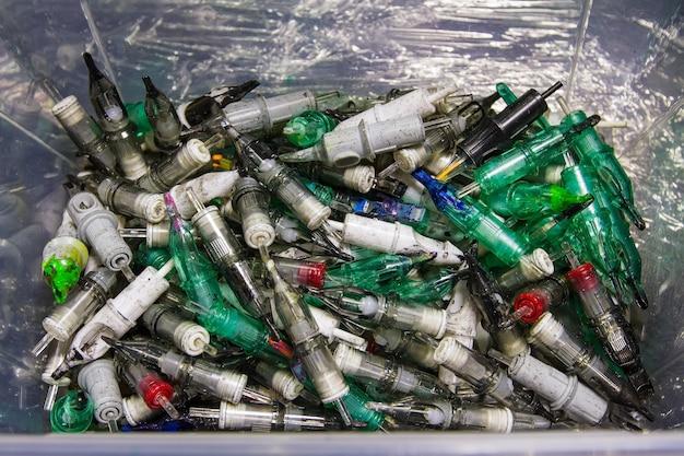 Um grande número de usados com vestígios de cartuchos de tinta para máquinas de tatuagem.