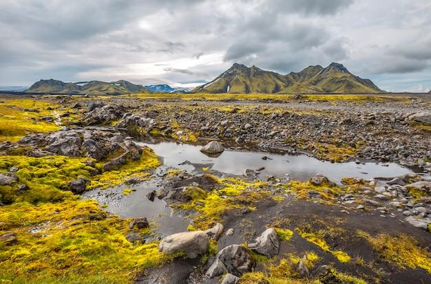Um grande rio de trekking de 54 km de landmannalaugar, islândia