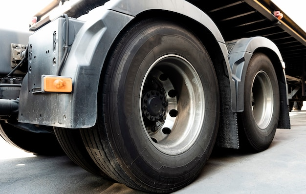 Um grande semi truck rodas pneus transporte caminhão de carga