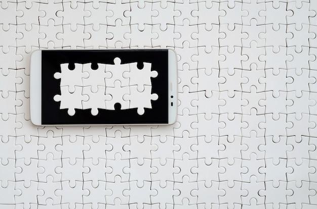 Um grande smartphone moderno com vários elementos de quebra-cabeça nas mentiras da tela de toque