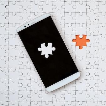Um grande smartphone moderno com vários quebra-cabeça
