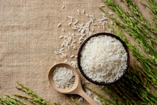 Um grão de arroz em um copo de madeira.