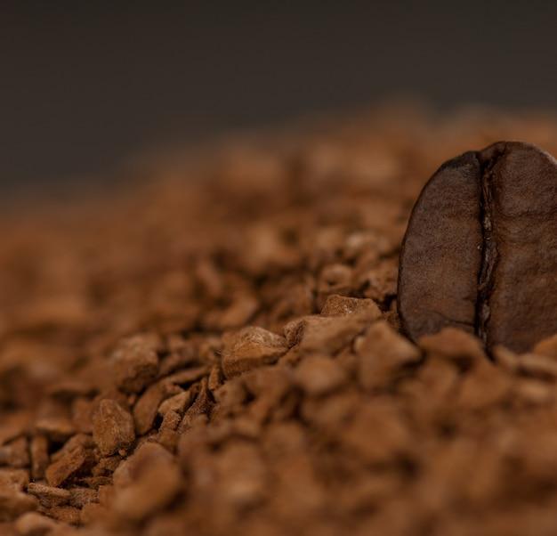 Um grão de café em café granulado