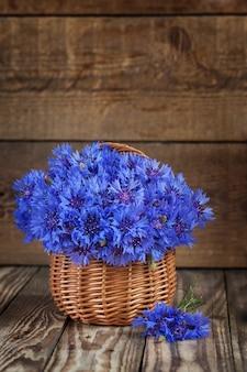 Um grupo da flor bonita do verão da centáurea na cesta.