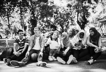 Um grupo de adolescentes diversos
