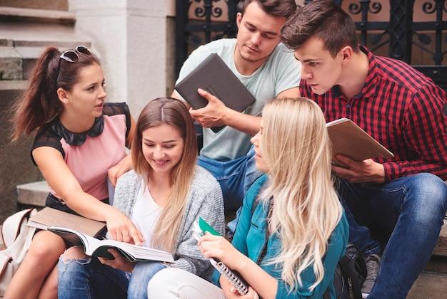 Um grupo de alunos trabalhando juntos