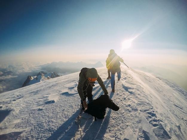 Um grupo de amigos de alpinista no topo do mont blanc
