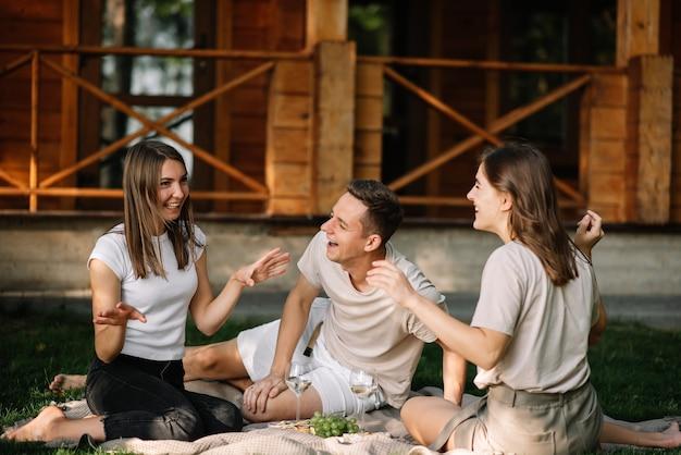 Um grupo de amigos em um piquenique na floresta se divertindo