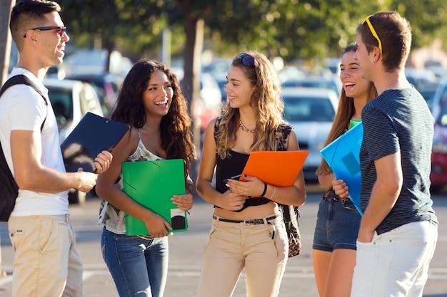 Um grupo de amigos falando na rua depois da aula