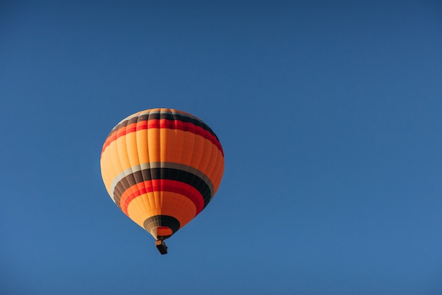 Um grupo de balões de ar quente coloridos contra