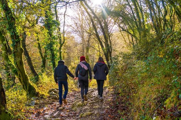 Um grupo de caminhantes na trilha de caminhada no monte arno, no município de mutriku, em gipuzkoa. país basco, espanha