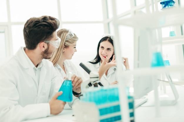 Um grupo de cientistas trabalhando em um laboratório moderno