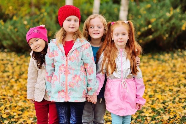 Um grupo de crianças, amigos de crianças em idade pré-escolar, brinca de abraços e mãos dadas