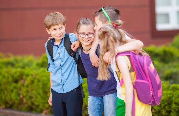 Um grupo de crianças vai para a faculdade.