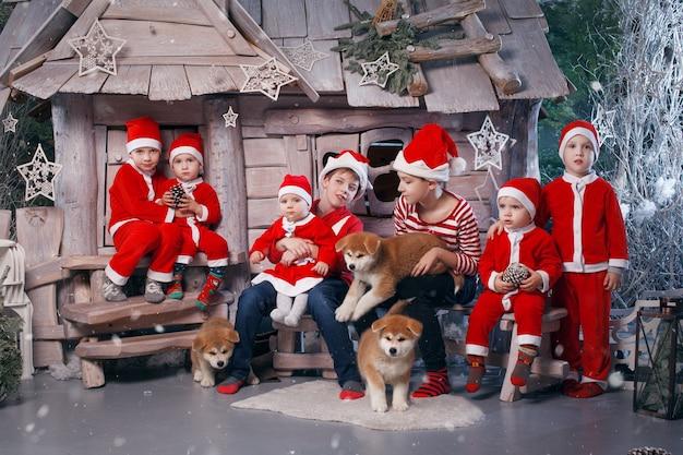 Um grupo de crianças vestidas de ajudantes do papai noel.