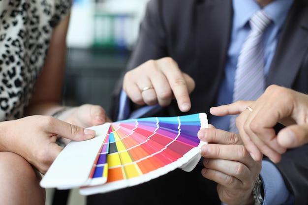 Um grupo de designers realiza reunião de negócios